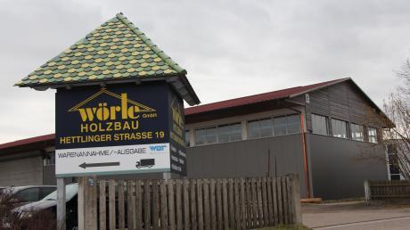 In die Halle von Wörle Holzbau, die seit vergangenem Jahr nicht mehr betrieblich genutzt wird, wird ab April die Deutsche Post DHL Group einziehen. 17 Fahrer werden von dort aus Briefe und Pakete zustellen, bis der Neubau ein paar Meter weiter realisiert ist.