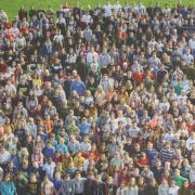Die ganze Schulfamilie des Gymnasiums Wertingen feiert den 50. Geburtstag. Es gibt aber auch einige Veranstaltungen für alle Interessierten aus der Region. Das Foto zeigt einen Großteil der Gymnasiasten. Aufgenommen wurde es von einem Kran aus.