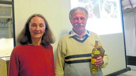 Bienenfachwart Michael Winkler erhält von Erika Stempfle-Storr ein Dankeschön für seinen Vortrag beim Bienenstammtisch in Binswangen.