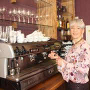 Alexandra Schön hat im Isas Café die verschiedenen Abläufe schon im Griff. Am 1. März wird sie offiziell die neue Chefin des beliebten Lokals in Wertingen und hat einige Ideen, die sie künftig umsetzen will.