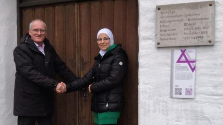 Bürgermeister Hans Kaltner stellt im Namen der Gemeinde Buttenwiesen Maryam Ali für ihr Hilfsprojekt die ehemalige Synagoge in Buttenwiesen als Sammelfläche zur Verfügung. Dort wird ab kommenden Freitag ein Container für gespendete Hilfsgüter bereitstehen.