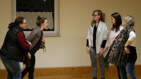 """Schon jetzt proben sich die Villenbacher Theaterspielerinnen lautstark für die Goldoni-Komödie """"Lärm in Chiozza"""" im Streiten."""