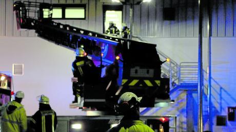 Auf dem Gelände der Gasverdichterstation des Fernleitungsnetzbetreibers Bayernets üben Einsatzkräfte den Ernstfall. 65 Feuerwehrler und zwei First Responder nehmen an der Großübung teil. Begleitet wurde die Übung außerdem von Mitarbeitern von Bayernets, die Anregungen der Feuerwehr entgegennahmen.