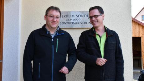 In Zeiten von Corona geben sich Stephan Lutz (links) und Felix Heßmann einen freundschaftlichen Ellenbogengruß. Beide kandidierten für das Bürgermeisteramt in Zusamaltheim. Stephan Lutz gewinnt mit 79 Prozent.