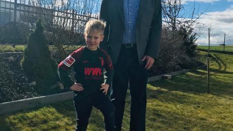 Villenbachs Altbürgermeister Otmar Ohnheiser wird am heutigen Montag 70 Jahre alt. Mit dem Opa freut sich Enkelsohn Maximilian im FCA-Trikot auf diesen besonderen Tag.