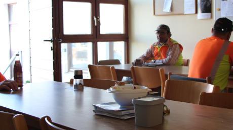 Nur eine Handvoll Mitarbeiter dürfen gleichzeitig in dem kleinen Gruppenraum sitzen, um zu essen.