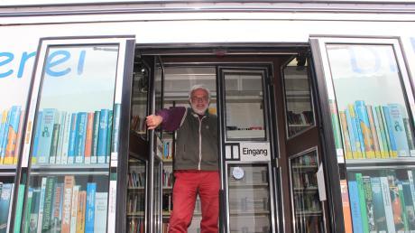 Michael Baumgärtner verabschiedet sich nach 30 Jahren Arbeit im Bücherbus.