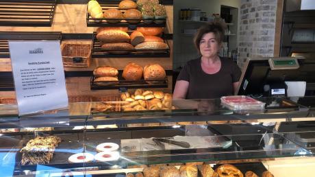Filialleiterin Renate Kempf ist in der Hauptstraße in Wertingen in der Bäckerei Wagner für ihre Kunden da.