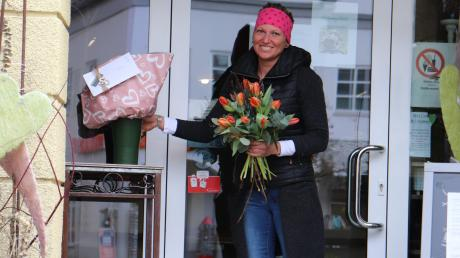Die Floristin Simone Neumeier bindet auf Bestellung Blumensträuße und stellt diese zur Abholung durch ihre Kunden vor die Tür ihres Geschäfts. Damit ist ein kontaktloser Einkauf gewährleistet.