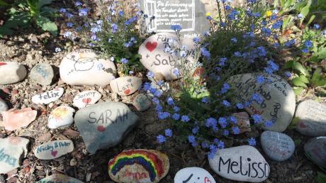 Eine Gedenkstätte der Trauer um zwei liebe Menschen am Dorfplatz in Villenbach.