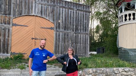 Mit dem gebotenen Abstand trafen sich SVV-Vorsitzender Martin Baumeister und Theater-Abteilungsleiterin Alexandra Strobel auf der Villenbacher Freilichtbühne, um für die Zukunft zu planen.