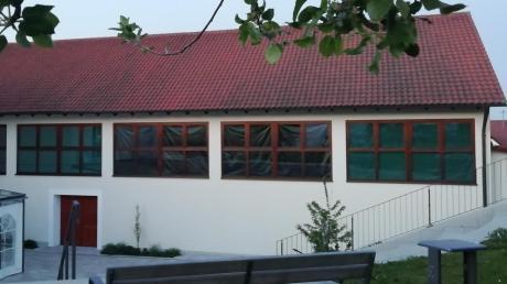 Im Bürgerhaus Unterthürheim finden vorerst die Sitzungen des Gemeinderats Buttenwiesen statt. Um die Abendsonne abzuschirmen, wurden eigens die großen Fenster abgeklebt.