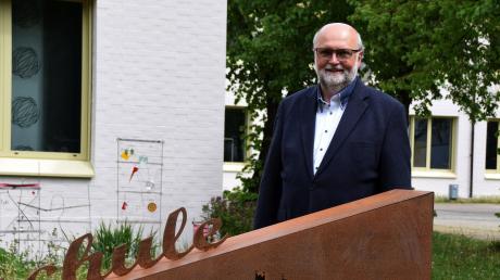 Seit Anfang März ist Maximilian Briegel neuer Schulleiter an der Mittelschule in Wertingen. Die Corona-Pandemie stellt sowohl Schüler als auch Lehrer vor neue Herausforderungen. Ab dem heutigen Montag finden die Abschlussprüfungen in Sport unter diesen ganz besonderen Voraussetzungen statt.