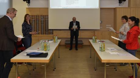 Die vier neuen Mitglieder des Gemeinderats Binswangen wurden von Bürgermeister Anton Winkler vereidigt. Auf dem Bild (von links): Horst Baltruschat, Karoline Sailer, Bürgermeister Winkler, Gertrud Schrezenmeir und Stefanie Mießl.