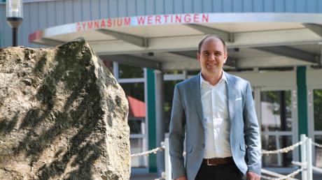 Sebastian Bürle wird der Rektor des Wertinger Gymnasiums. Er dürfte damit der jüngste Schulleiter Bayerns werden, genauere Informationen rückt das Kultusministerium nicht heraus. Die Freude über seine neue Stelle wird für ihn derzeit aber von der Leere der Schule aufgrund der Pandemie getrübt.