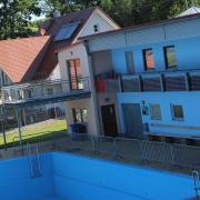 Das Funktionsgebäude des Lauterbacher Freibades muss saniert werden. Wann das geschieht, ist allerdings weiter offen.