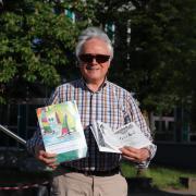 """Die Satire will, was mancherlei Zeitgenossen Unwohlsein bereitet: aufmucken, jucken, spucken, schreibt Wolfgang Pfaffenberger in seinem neuen Buch """"Am Gardasee ich Gerda sah! Verssatiren mit Widerhaken""""."""
