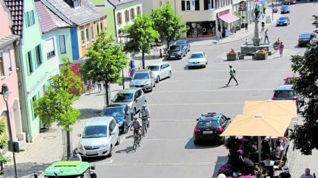 Fußgänger, Fahrradfahrer, Traktoren, Autos – am Wertinger Marktplatz ist viel los. Viele Geschäftsleute und andere Akteure sprechen sich gegen eine Sperrung für den Verkehr, temporär wie dauerhaft, sowie die Schaffung neuer Fahrradstellplätze auf Kosten von Autoparkplätzen aus. Diese hatten die Grünen gefordert.