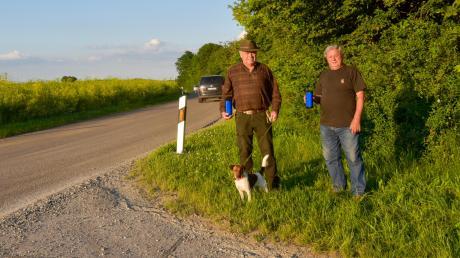 Die Jäger Ulrich Reitenberger und Walter Christa (von links) sorgen sich um die Rehe und deren Kitze, die durch den verstärkten Verkehr auf der Ortsverbindungsstraße zwischen Hettlingen und Laugna in Gefahr sind.