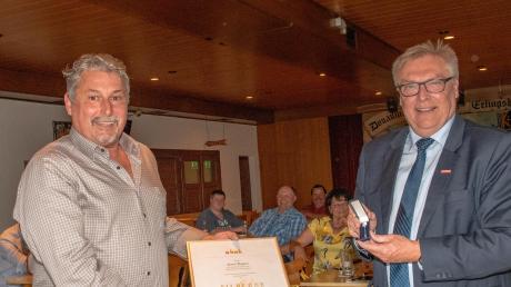 Bäckermeister Anton Wagner (links), der den Stammsitz seiner Bäckerei in Zusamaltheim hat, wurde von Handwerkskammerpräsident Hans-Peter Rauch (rechts) die silberne Ehrennadel des schwäbischen Handwerks verliehen, außerdem wurde er von Kreishandwerksmeister Werner Luther zum Ehrenobermeister ernannt.