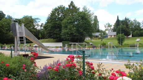 Die Rosen blühen, die Becken sind gefüllt. Am Samstag öffnet das Wertinger Freibad am Judenberg. Allerdings gelten für die Badegäste einige neue Regelungen.