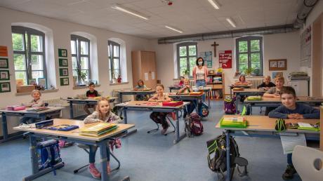 Die Erstklässler sind am Donnerstag im Unterricht bei Martina Bobinger, die nur mit Maske zu den Schülern darf. Die Kinder dürfen die Maske absetzen, wenn sie am Platz sitzen.