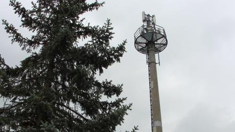 Der Mast am Villenbacher Postweg ist seit seiner Errichtung zu hoch. Kritiker zweifeln deshalb an seiner Standsicherheit. Der Gemeinderat lehnte eine nachträgliche Genehmigung des zu hohen Baus mit deutlicher Mehrheit ab.