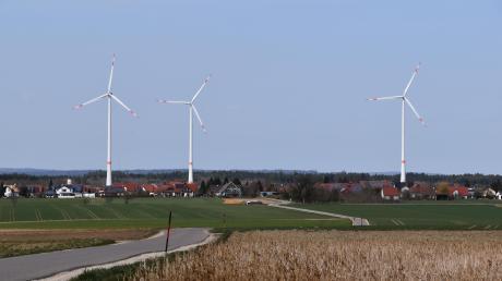 Wer von Hirschbach Richtung Wortelstetten fährt, hat diese Ansicht des Ortes vor sich. Ein interkommunales Projekt sieht vor, dort drei weitere Windräder aufzustellen. Darüber hat der Gemeinderat Buttenwiesen nun abgestimmt..