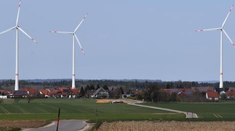 Wer von Hirschbach Richtung Wortelstetten fährt, hat diese Ansicht des Ortes vor sich. Ein interkommunales Projekt sieht vor, am Rohrholz drei weitere Windräder aufzustellen. Darüber hat der Gemeinderat Buttenwiesen nun abgestimmt.