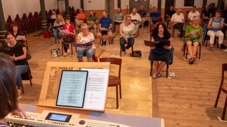 Der neue gemischte Chor in Binswangen probt in der Alten Synagoge. Die Akteure sind im Alter von 20 bis 84 Jahre. Chorleiterin ist Annette Sailer, die die Sänger und Sängerinnen auffordert, kräftig zu singen, auch wenn mal ein falscher Ton dabei ist. Nur so wisse sie, ob alle die Vorgaben verstanden haben.