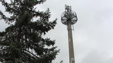 Der Funkturm im Villenbacher Postweg wurde schon 1982 gebaut – allerdings 60 Zentimeter zu hoch. Nun braucht es eine nachträgliche Genehmigung, die der Anwohner Georg Wiedenmann jedoch verhindern will.
