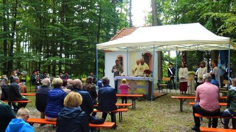 Vor der kleinen neu erbauten Ottilienkapelle auf dem Asbacher Ottilienberg, feierten die Gläubigen eine Messe zum Patrozinium.