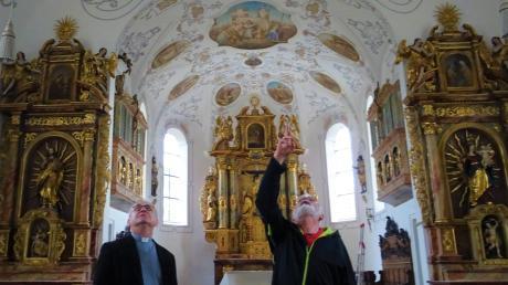 Den Blick nach oben zur frisch restaurierten Pfarrkirche St. Elisabeth richten Pater Tomasz und Kirchenpfleger Wilhelm Kotschner.