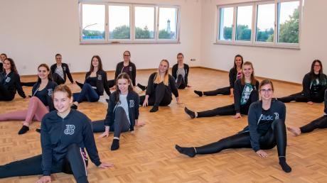 Beim Anschauen des zukünftigen Probenraums testen die Mädels der Tanzgruppe Beat Weed aus, ob genügend Platz für eine coronagerechte Schlussaufstellung vorhanden ist.