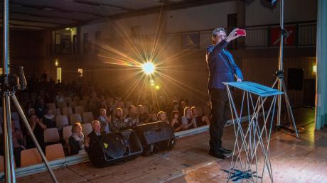 Als der bayerische Ministerpräsident Markus Söder sonnt sich der Kabarettist im Applaus der Zuschauer und macht ein Selfie.