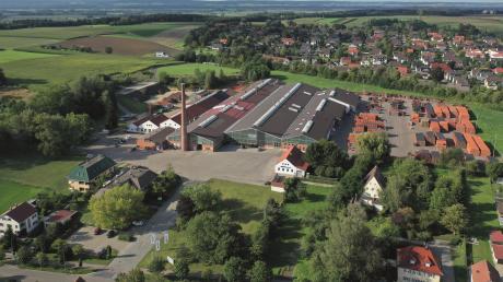 So sieht das Creaton-Werk in Wertingen aus der Vogelperspektive aus. Derzeit arbeiten dort laut Auskunft einer Unternehmenssprecherin 110 Mitarbeiter, in Roggden sind es 50. Der Dachziegel-Hersteller geht nun an einen französischen Konzern.