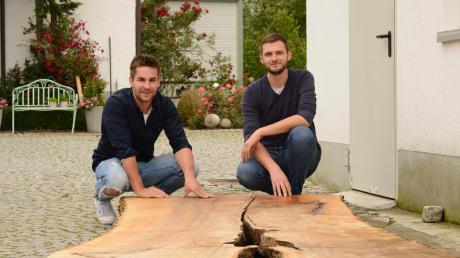 Philipp Glass (links) aus Pfaffenhofen und Armin Seeger aus Wertingen haben gemeinsam die Firma epoxdesign gegründet. Sie fertigen mithilfe von Kunstharz und altem Holz besondere Möbelstücke.