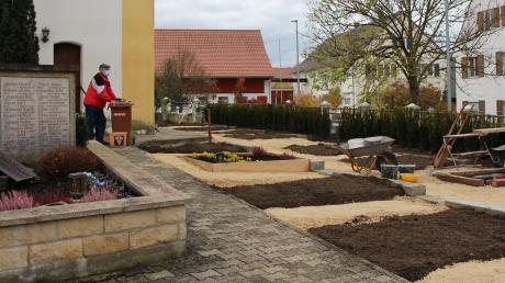 Auf dem Laugnaer Friedhof sind Bauarbeiten im Gange. Links zu sehen ist Kirchenpfleger Wilhelm Kotschner.