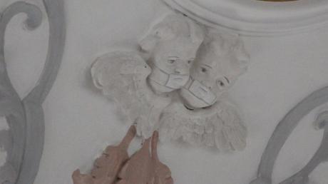 Dezent sind die Masken ausgefallen, die die Engelchen in der Kirche in Laugna tragen. Wer den Hinweis auf die Pandemie finden will, muss nach oben sehen und ganz genau hinschauen. Der Kirchenmaler suchte sich diese Putten aus, weil sie nicht den Abstand von anderthalb Metern einhalten.