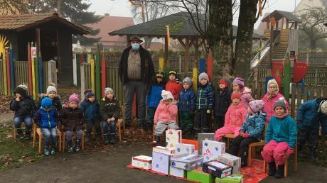 Die Mädchen und Buben aus dem Kindergarten St. Elisabeth in Laugna haben 50 Pakete für bedürftige Kinder gestaltet. Für den Inhalt der Päckchen sorgte der Landwirt und Geschäftsmann Christoph Kunad aus Laugna.