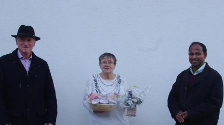 Pater Biju (rechts) und Kirchenpfleger Albert Bunk bedankten sich bei Rita Bäuerle für ihren Dienst.