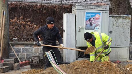 Die Mitarbeiter von nkb Netz und Kabelbau arbeiteten kürzlich am Verteilerkasten an der Binswanger Bauernstraße. Von dort aus verläuft die Glasfaser in Richtung Schule