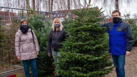Martina (links) und Helmut Reißler sind mit ihrer Tochter Manuela Winkler unterwegs beim Christbaumverkauf vom Förderverein Schillinghaus.