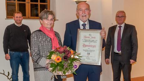 Aufgrund seines langjährigen, vielfältigen ehrenamtlichen Engagements ist Christian Knapp (Dritter von links) nun Ehrenbürger der Gemeinde Buttenwiesen. Mit ihm freuen sich seine Frau Gerda, Bürgermeister Hans Kaltner (rechts) und Dritter Bürgermeister Gerhard Kaltner.