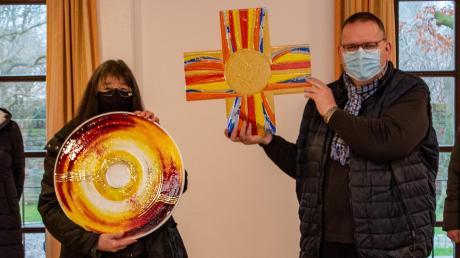 Diese zwei farbenfrohen Glaskunstwerke hat Claudia Reining-Hopp (Zweite von links) für das Wertinger Pfarrheim gefertigt. Pfarrer Rupert Ostermayer, Rosmarie Demharter (links) und Luise Hungbaur freuen sich über die gelungenen Werke.