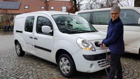 Die Binswanger Gemeinderätin Erika Heindel fährt seit zwei Jahren einen elektrischen Renault Kangoo. Vor allem auf Kurzstrecken ist sie sehr zufrieden mit dem elektrifizierten Kastenwagen, der viel Platz im Inneren bietet, sowohl für Fracht als auch Passagiere.