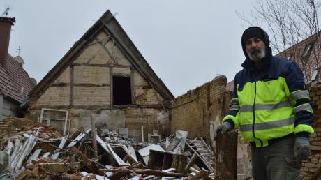Tagelang war Bahadir Fidan mit seinen Helfern damit beschäftigt, die Trümmer des eingestürzten Stadels zu beseitigen. Teilweise haben sie Mauerteile per Hand abgetragen. Das alte Bauernhaus im Hintergrund stammt aus dem 16. Jahrhundert. Eigentümer Fidan befürchtet, dass auch dieses Gebäude irgendwann zusammenbricht.