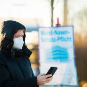 Wir wollten von unseren Landtagsabgeordneten wissen, was sie zum Lockdown und zur aktuellen Corona-Lage sagen. Unser Bild zeigte eine Frau mit FFP2-Maske am Bahnhof in Dillingen.