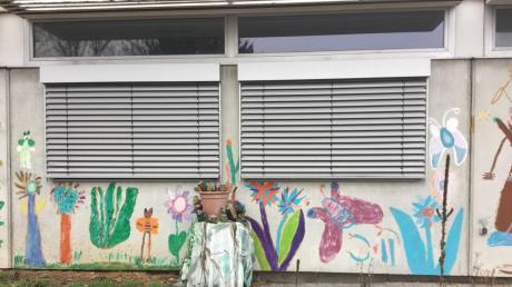 Wegen des Lockdowns findet seit Mitte Dezember im Kunstkanal Wertingen , dem KUK, kein Präsenzunterricht statt. Die Künstlerinnen Barbara Mahler und Ursula Echl freuen sich schon jetzt auf den Zeitpunkt, wenn das wieder möglich sein wird. Sie haben sich mit Sicherheitskonzepten vorbereitet. In der stillen Zeit während der Zwangspause entstehen neue Projekte.