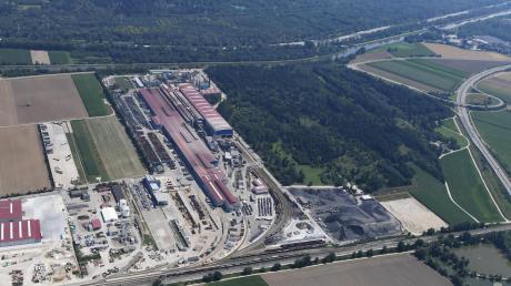 Die Lech-Stahlwerke wollen erweitern. Dafür soll ein Teil des Lohwaldes gerodet werden. Das sorgt auch für Zoff mit den Nachbargemeinden.